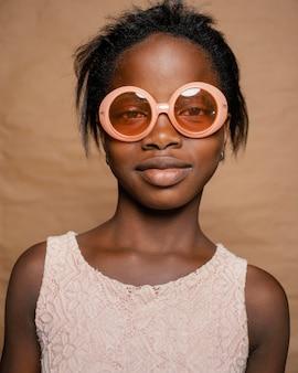 Jeune fille, à, lunettes soleil