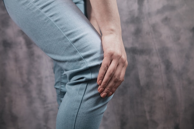 Une jeune fille a mal au genou