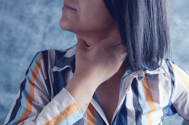 Une jeune fille a mal à la gorge