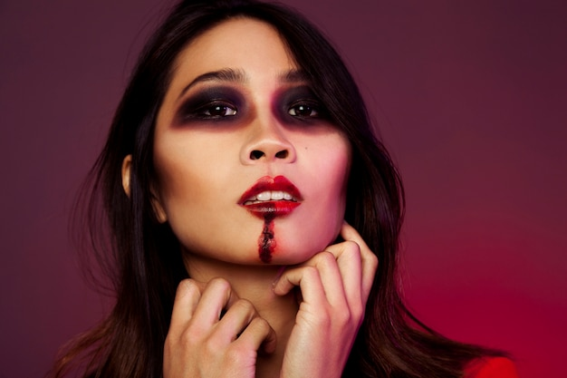 Jeune fille avec maquillage d'halloween