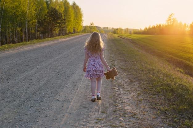 Jeune fille, marche loin