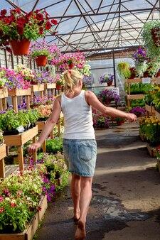 Jeune fille marche pieds nus dans une jardinerie