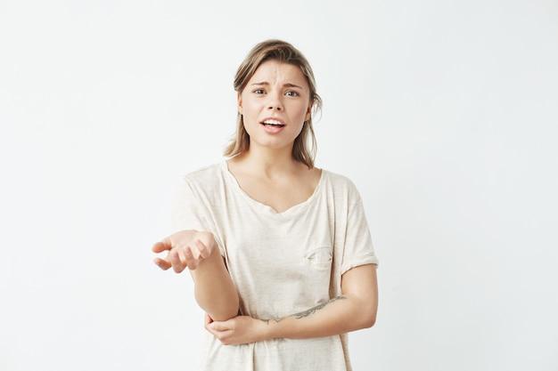 Jeune fille mécontente faisant signe de parler.