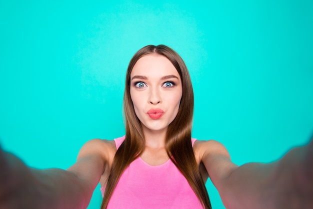 Jeune fille modèle hipster fait selfie