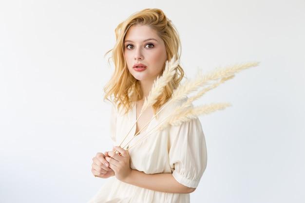 Jeune fille moderne avec maquillage nude, concept de salon de beauté