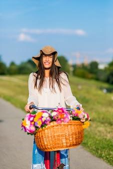 Jeune fille monte à vélo