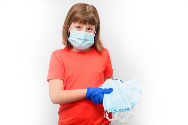 Jeune fille montre une pile de masque chirurgical contre le coronavirus