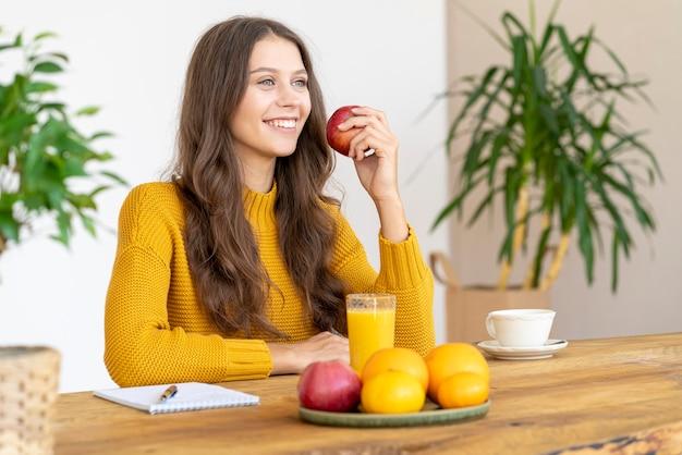 Jeune fille mordant la pomme rouge