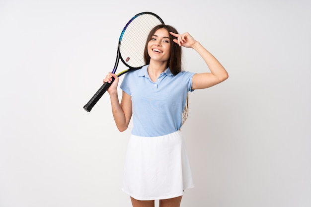 Jeune fille sur un mur blanc isolé, jouer au tennis