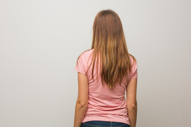 Jeune fille naturelle russe de derrière, regardant en arrière