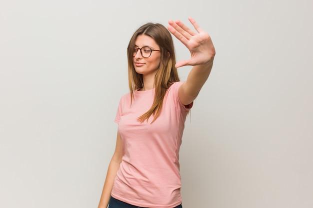 Jeune fille naturelle russe mettant la main devant