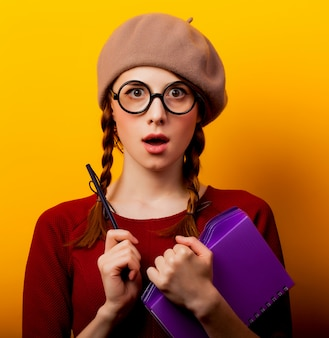 Jeune fille nerd rousse avec des lunettes