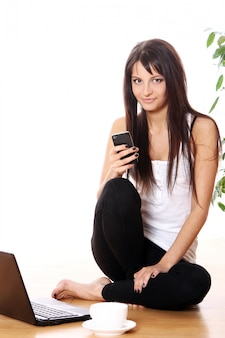 Jeune fille, à, ordinateur portable, chez soi