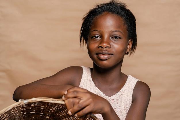 Jeune fille avec panier de paille