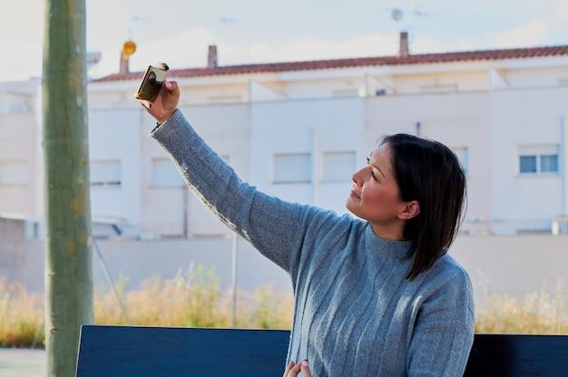 Jeune fille parle sur smartphone et tape des messages avec smartphone