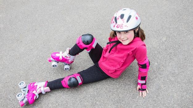 Jeune fille avec des patins à roulettes dans le parc