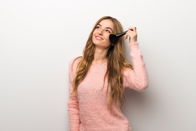 Jeune fille avec un pinceau de maquillage