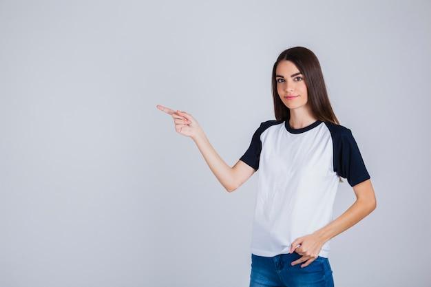 Jeune fille pointant quelque chose