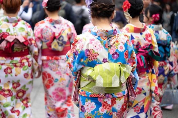 Jeune fille portant un kimono japonais debout devant le temple sensoji à tokyo, au japon.