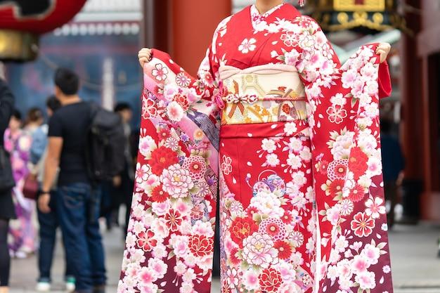 Jeune fille portant un kimono japonais devant le temple sensoji à tokyo