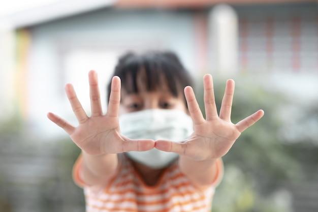Jeune fille portant des masques pour prévenir les maladies