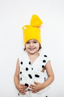 La jeune fille porte un costume de chien, spectacle de costumes, théâtre, mascarade, vacances