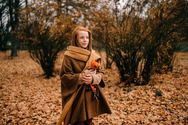 Jeune fille posant dans le parc d'automne