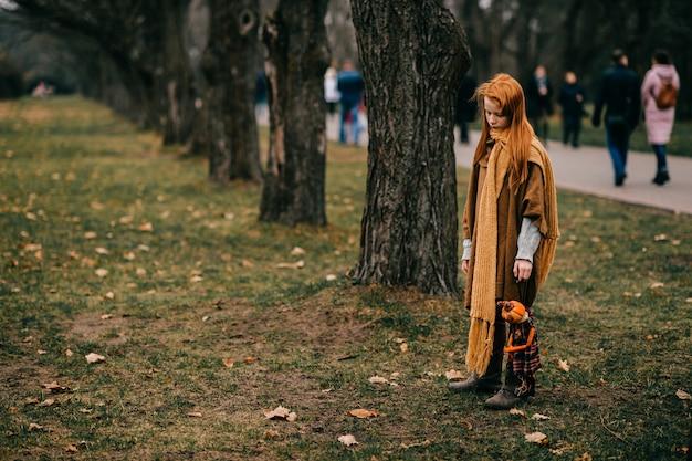 Jeune fille posant dans le parc