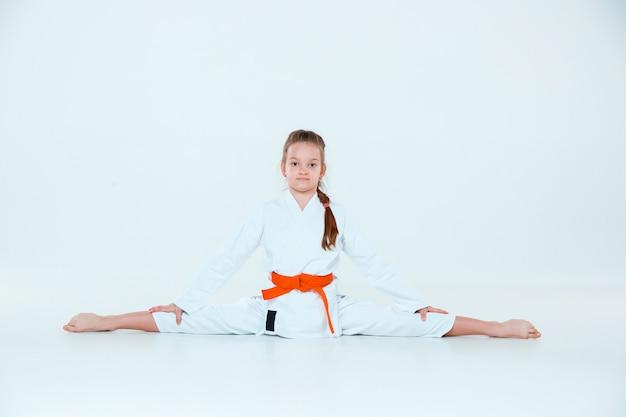 La jeune fille posant à la formation d'aïkido à l'école d'arts martiaux. mode de vie sain et concept sportif