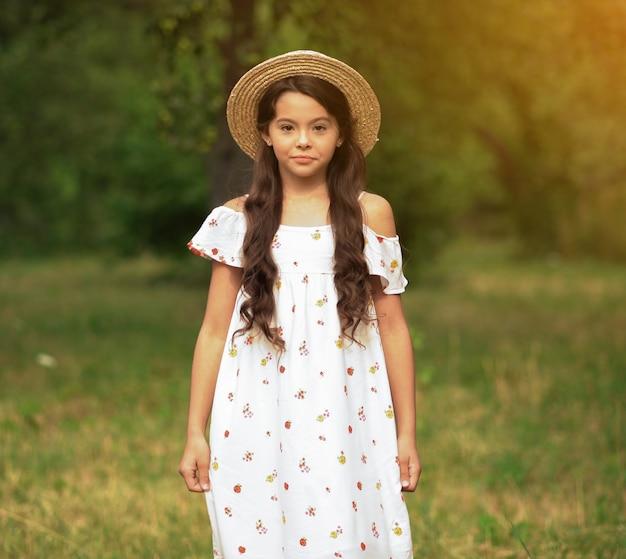 Jeune fille posant pour des photos de réseaux sociaux