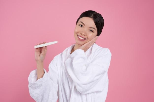 Jeune fille pose avec test de grossesse isolé.