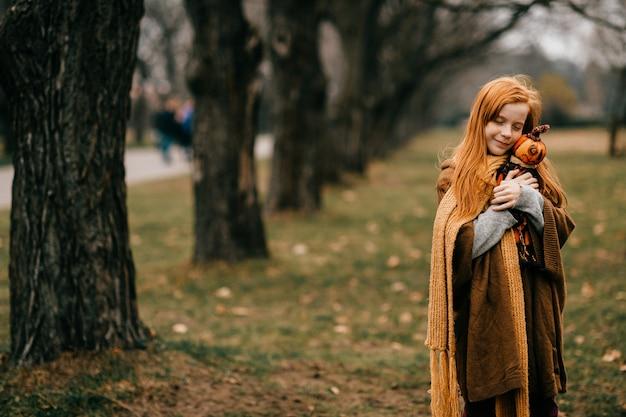 Jeune fille, poser, dans, les, parc, étreindre, jouet