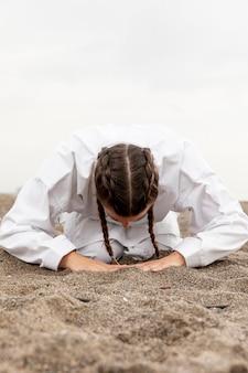 Jeune fille pratiquant les arts martiaux en plein air