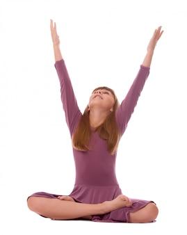 Jeune fille à pratiquer l'yoga sur blanc.