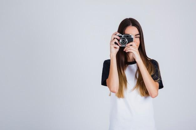 Jeune fille prenant des photos