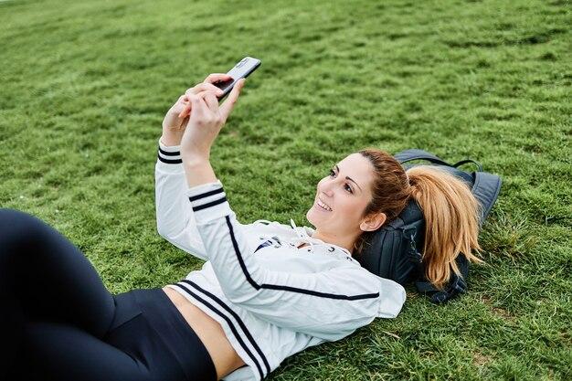Jeune fille prenant un selfie avec son téléphone portable