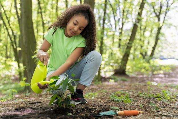 Jeune fille prenant soin de l'environnement