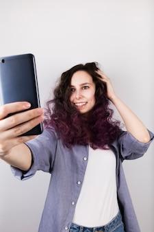 Jeune fille prend selfie
