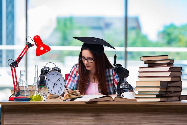 Jeune fille préparant des examens avec une grande horloge