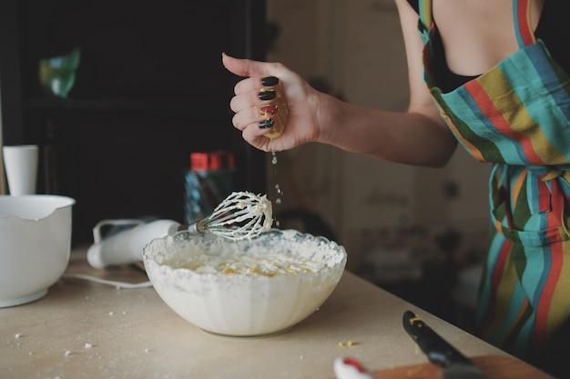 Jeune fille, prépare, dessert