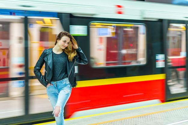 La jeune fille près de la rame de métro