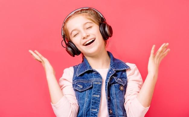 Jeune fille profitant de la musique