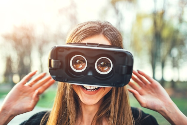 Jeune fille profiter de lunettes de réalité virtuelle en plein air
