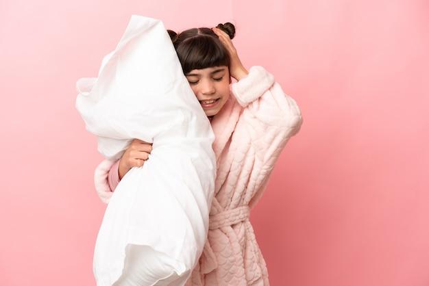 Jeune fille en pyjama sur fond isolé