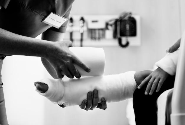 Jeune fille de race blanche avec un bras cassé en plâtre