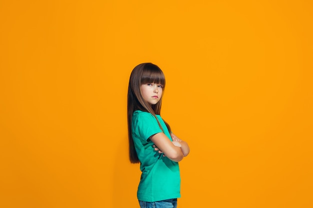 Jeune fille réfléchie sérieuse