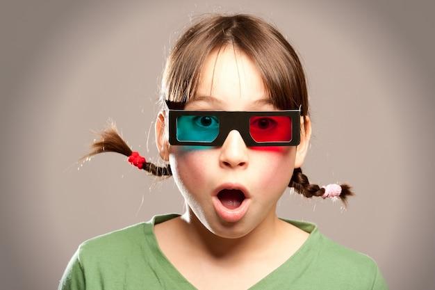 Jeune fille en regardant un film portant des lunettes 3d