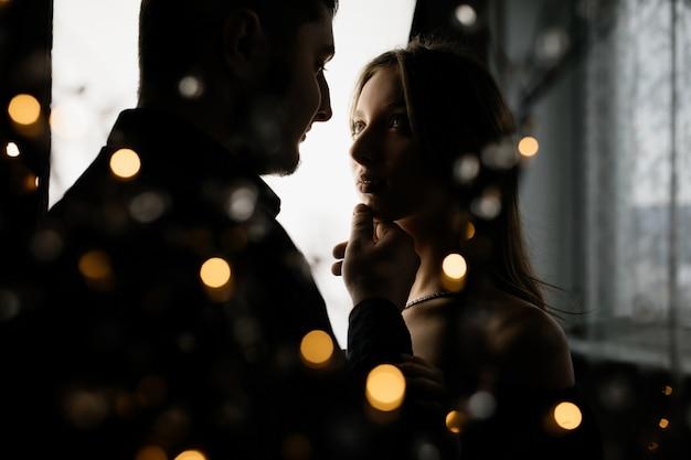 Une jeune fille regarde son petit ami avec amour