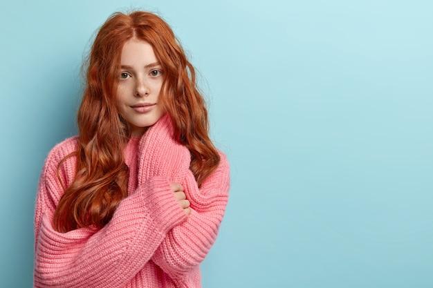 Jeune fille rousse aux cheveux ondulés