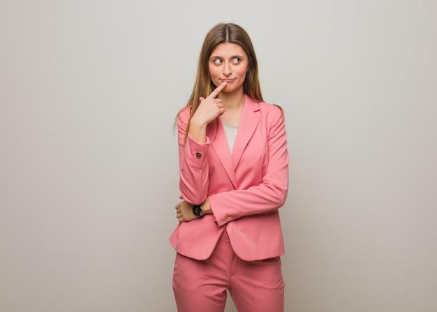 Jeune fille russe d'affaires pense à une idée